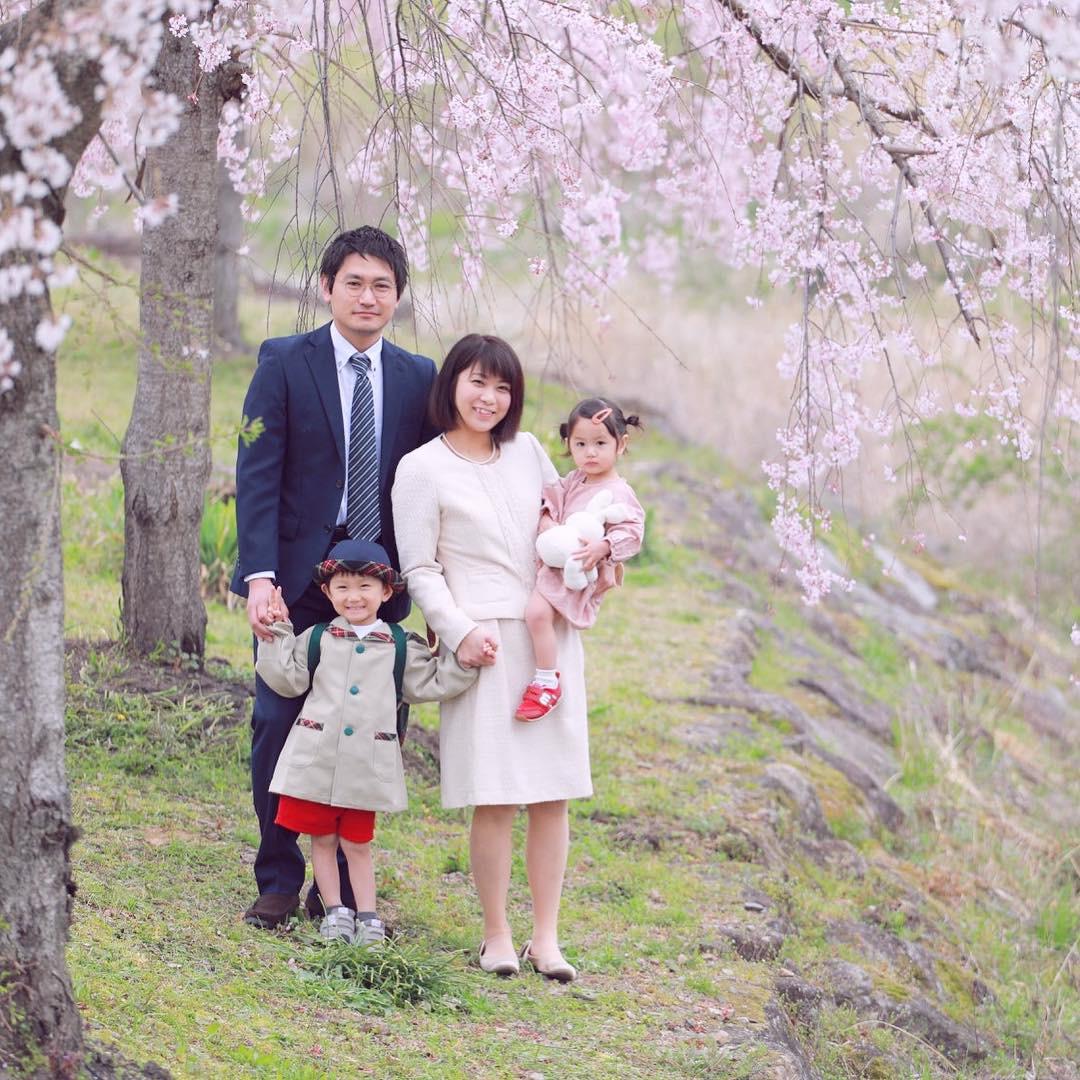 桜と家族全員で入園写真 【可児川】